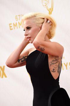 Esta é Gaga em sua glória tatuada.