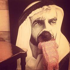 Lateefa bint Mansour bin Zayed Al Nahyan besando el retrato de su abuelo, Zayed bin Sultan Al Nahyan, 05/05/2015. Vía: mmbinrashid
