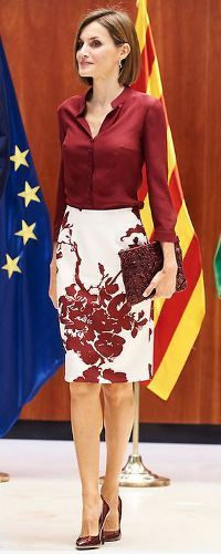 9 Sep 2015 – Queen Letizia and King Felipe visit Spanish Constitutional Court. Mode Outfits, Office Outfits, Skirt Outfits, Fashion Outfits, Womens Fashion, Fashion Hair, Fashion Games, Trendy Fashion, Office Fashion