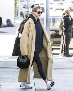 Source by rooosierose outfit women winter Fall Fashion Outfits, Fall Winter Outfits, Autumn Winter Fashion, Celebrity Outfits, Celebrity Style, Looks Style, My Style, Hailey Baldwin Style, Queen Fashion