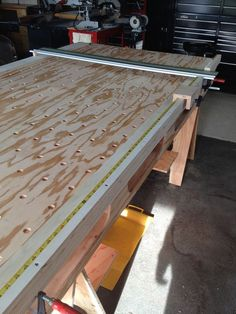 Awesome way to build a cheap and sturdy workbench. And it's portable! The Paulk…