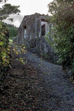 #FridayFinds: La audaz #rehabilitación de esta #vivienda, antigua ruina volcánica #arquitectura #proyectos