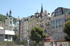 Karlovy Vary. Los edificios son de  estilos clasicista, imperio, rococó o biedermeier.
