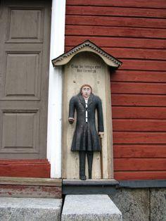 Kristiinankaupunki Lapväärtin kirkon vaivaisukko on eteläistä, reliefimäistä tyyppiä ja sen lienee tehnyt isojokelainen mestari Ananias Andersson, jonka tekemiä ovat Isojoen ja mahdollisesti myös Sipyyn ukot. Vaivaisukon on seurakunnalle lahjoittanut emäntä Kajsa Hoxell, joka on ostanut teoksen Isojoelta vuonna 1835 ja maksoi siitä 12 ruplaa. (Lähde: Vaivaisukot, Markus Leppo).