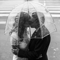 If Raining Kissing under the clear bubble umbrella Rainy Wedding, Wedding Pics, Wedding Things, Rainy Day Photos, Umbrella Wedding, Wedding Photography Poses, Family Photography, Festival Wedding, Engagement Pictures