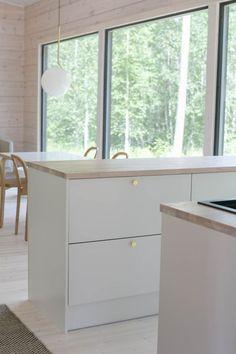 Kitchen Dinning, New Kitchen, Kitchen Decor, Dining, Kitchen Layout, Kitchen Design, Scandinavian Kitchen, Log Homes, Room Inspiration
