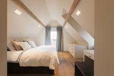 See all pics on website Bungalow Bedroom, Dream Bedroom, Home Bedroom, Master Bedroom, Home Interior Design, Interior Architecture, Attic Inspiration, Family Room Lighting, Attic Bedrooms