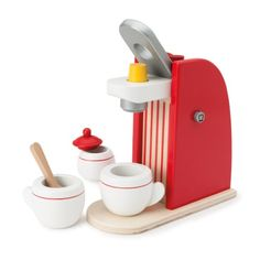 Avec cette machine à café en bois, préparer un bon café à ses convives est un jeu d'enfant. Il suffit de choisir une dosette, de la glisser dans la cafetière et d'attendre que le café coule dans la tasse. Sans oublier de proposer du sucre. L'enfant est fier d'imiter les gestes de ses parents.