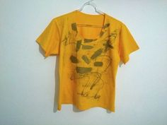 Camisa amarela Pintada à Mão Livre <br>Gola U <br>100% Algondão <br>Tamanho único (38 à 42)