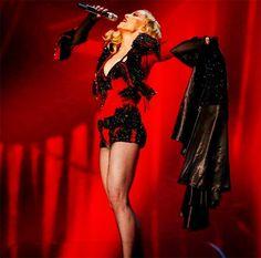 Le BUZZ - Madonna fait une chute aux BRIT Awards et l'Internet s'enflamme | HollywoodPQ.com