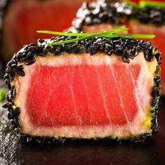 200g de atum fresco 20g de gergelim 50ml de óleo de milho 50ml de molho de soja 30g de açúcar refinado 80ml de sakê mirim 10g de gengibre fresco sal à gosto pimenta do reino preta à gosto