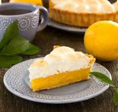 Lemon meringue pie has a reputation for being overly difficult to prepare. This simple dessert is foolproof. Köstliche Desserts, Delicious Desserts, Dessert Recipes, Dinner Recipes, Yummy Food, Lemon Pie Receta, Citrus Recipes, Lemon Meringue Pie, Big Cakes