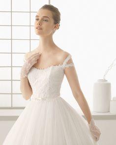 DINÁMIC traje de novia con cuerpo de encaje pedrería y falda de tul.