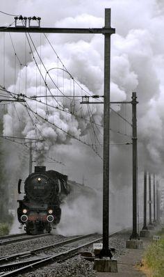 D stoomlocomotief onder zware stoom tijdens optrekken Dordt in Stoom by dailyphotopress
