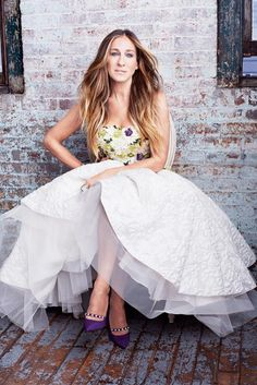 Amagansett's Sarah Jessica Parker, the disarmingly modest screen star and style icon, chats with Manolo Blahnik's George Malkemus about her hit show, Divorce, and dreaming up a designer shoe collaboration that was almost too good to be true. Carrie Bradshaw Outfits, Carrie Bradshaw Style, Look Fashion, Fashion Photo, Dresses For Teens, Dresses For Work, Carrie And Big, Beautiful Summer Dresses, Look Street Style