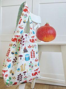 Tuto gratuit pour coudre un sac réutilisable et réversible avec sa petite housse de rangement. Ecolo et chic, par ici les bons tuyaux !