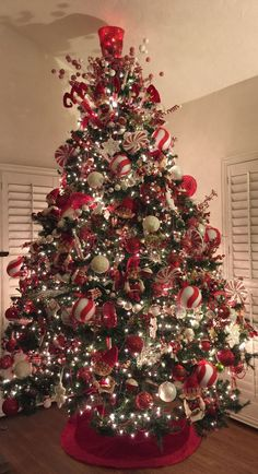 120 Best Christmas Tree Decorating Ideas That You'd Have to Take Inspiration From - Hike n Dip - - Choose the Best Christmas Tree decorating ideas. These Christmas Tree decorations are the best & trending Christmas decorations ideas of the year. Elegant Christmas Trees, Silver Christmas Decorations, Flocked Christmas Trees, Silver Christmas Tree, Christmas Tree Design, Christmas Tree Themes, Rustic Christmas, Scandinavian Christmas, Candy Cane Christmas Tree