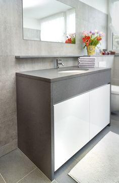 Dieser Waschtisch ist aus italienischer Basaltina gefertigt worden #Arbeitsplatte und #Wangen sind massiver Basalt in 3 cm Stärke. Das eingebaute Keramik Unterbaubecken ist von Villeroy & Boch.
