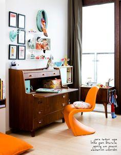 escrivaninha antiga com cadeira moderna