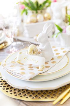 Last minute Easter ideas for setting a table with items in your own home plus easy Easter recipes for the whole family to enjoy! Party Food For Adults, Easy Easter Recipes, Easter Table Decorations, Easter Decor, Easter Appetizers, Easter Brunch, Easter Party, Easter Cupcakes, Easter Colors