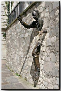 Street Art Marcel Aymé, statue réalisée par Jean Marais à Montmartre 3d Street Art, Street Art Graffiti, Banksy, Statues, Statue En Bronze, Art Public, Art Ancien, Montmartre Paris, Art Sculpture