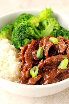 Quick Mongolian Beef Rice Bowls Recipe – easy restaurant takeout copycat dish that takes only 20 minutes to make! Flavorful beef in sauce, served with steamed broccoli, rice bowl style. Easy Mongolian Beef, Mongolian Beef Recipes, Mongolisches Rind, Beef Rice Bowl Recipe, Teriyaki Beef Bowl Recipe, Broccoli Beef, Steamed Broccoli, Broccoli Recipes, Teriyaki Chicken Rice Bowl
