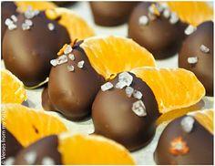 Fruta bañada en chocolate (naranja, fresa, platano, fresa, melocotón y piña)