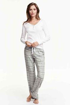 Pijama de duas peças: Pijama em mistura macia de algodão. Top em jersey de mangas compridas e calças de flanela com elástico e cordão de ajuste na cintura.