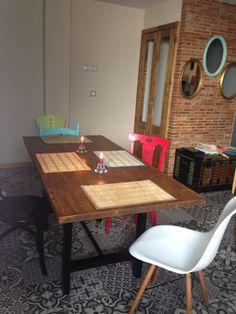 No podia permitirme comprar una mesa así, me puse a buscar unas patas y un tablero y la hice... genia junto a mis sillas!!!!
