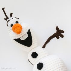 I love his smile! Adorable Olaf Frozen crochet pattern and it's FREE! | www.1dogwoof.com