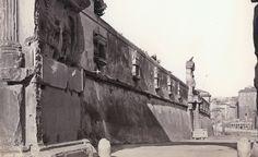 Foro Romano (1870 ca) Il muro di cinta degli Orti Farnesiani sul Palatino, con il portale del Vignola oggi su Via di San Gregorio.