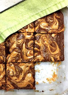 This one bowl brownie recipe has a crumbly peanut butter crust and peanut butter swirl on top. So if you love chocolate and peanut butter desserts, this one is just for you! #peanutbutter #peanutbutterswirlbrownies #marbledbrownies #chocolatepeanutbutter #peanutbutterdessert