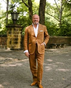 This picture of Domenico Vacca by @thesartorialist is almost 10 years old now, but it's always been an excellent illustration for a great tobacco linen suit.