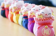 Décoration en tissu - maneki neko chat japonais - www.chezfee.com - magasin kawaii en ligne Maneki Neko, Boutique Kawaii, Cat Doll, China, Felt Toys, Kawaii Cute, Plushies, Japanese, Dolls