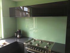 Glazen keukenachterwand van Visualls in RAL6019 - witgroen