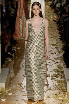 See all the Valentino Haute couture Spring/Summer 2016 photos on Vogue. Haute Couture Style, Couture Mode, Spring Couture, Couture Fashion, Runway Fashion, Fashion Week Paris, High Fashion, Fashion Show, Fashion Design