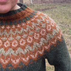 För några veckor sen blev min #riddari klar och jag har praktiskt taget bott i den sen dess. Perfekt när jag är i trädgården och ute på hundpromenad! Och jag älskar färgerna. Det kan ju inte bli fel med Tallgrön, Frostgrön, Vetekornbrun och Roströdbrun☺️ A couple of weeks ago I finished my #riddari and I'm so pleased how it turned out. I simply love the coulours☺️ #riddari #lettlopi #knittersofinstagram #knitting #icelandicsweater #islandströja #stickning #ullgarn #icelandicwool #istex