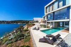 villa contemporaine au bord de la mer, chaises-longues incroyables