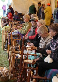 Spinning is bliss! Spinning Wool, Hand Spinning, Spinning Wheels, Weaving Tools, Weaving Projects, Drop Spindle, Art Textile, Yarn Colors, Wool Yarn