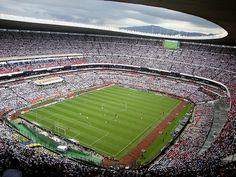 Estadio Azteca, Ciudad de México.  Su capacidad es de 105.064 espectadores,1 3 siendo así el tercer estadio de fútbol más grande del mundo solo después del Estadio Reungrado Primero de Mayo en Corea del Norte y el Salt Lake Stadium en la India.