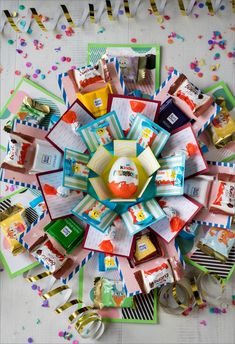 Geöffnete Explosion Box mit Süßigkeiten You are in the right place about DIY Birthday Cards creative Here we offer you the most beautiful pictures about the DIY Birthday Cards printable you are lookin Diy Birthday Box, Happy Birthday Cards, Birthday Gifts, Diy Gift Box, Diy Box, Diy Crafts For Gifts, Paper Crafts, Boite Explosive, Sweet Box