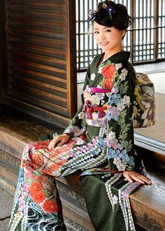 This stunning dark green furisode is featuring botan (peonies), blue star shaped bellflowers, wisteria, and what might also be sakura–making this a late-spring seasonality. Kimono Japan, Japanese Kimono, Japanese Girl, Geisha, Kabuki Costume, Cute Kimonos, Chinese Clothing, Japanese Outfits, Kimono Dress