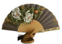 Abanico pericon de madera, pintado por la parte delantera con hermoso ramo de magnolias.  medida: 23 cmt.