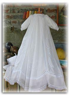 Dopklänning Mikaela. Vacker vit dopklänning i finaste bomull med spetsdetaljer. Tillhörande hätta medföljer.