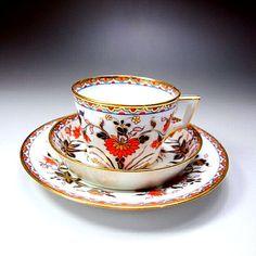 英国アンティークス,英国の名窯スポード社のアンティークカップ&ソーサーのご紹介です。英国をはじめとするヨーロッパの王侯貴族の間では、東洋に対する憧れが強くあり、それが食器類にもデザインとして表現されていました。こちらも東洋のイメージの赤と金、そして青を効果的に使ったデザインのお品物となります。当時の人々は熱い紅茶を飲むために、ソーサーに移して飲んだと言われており、ソーサーも現代のものよりも深い形が特徴となっております。