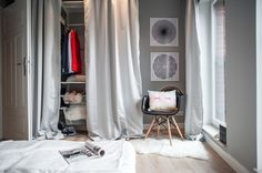 Garderoba, skandynawska garderoba, szafa, modne wnętrza, pomysł na garderobę. Zobacz więcej na: https://www.homify.pl/katalogi-inspiracji/25523/mieszkanie-z-chlopakiem-10-rzeczy-na-ktore-nalezy-sie-przygotowac