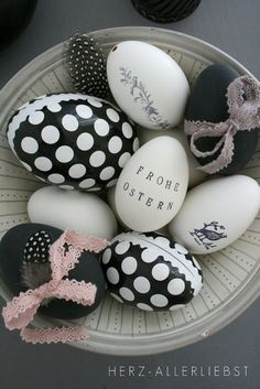 Ostern kann so bunt und farbenfroh sein und das lässt den Feiertag einfach wunderschön erscheinen. Was sagen Sie über... Ostereier in Schwarz-Weiß bemalen