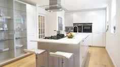 Vivienda equipada con el modelo de cocina KARMEL lacado blanco brillo de Santos.
