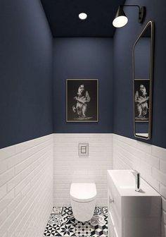 WC-Möbel in blau und weiß, weiße Carrtro-Fliesen, Spiegel gerahmt Toilet furniture framed in blue and white white Carrtro tiles mirror Downstairs Bathroom, White Bathroom, Modern Bathroom, Very Small Bathroom, Wainscoting Bathroom, Modern Shower, Small Bathroom Designs, Small Downstairs Toilet, Small Toilet Design