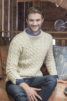 This classically stylish, cable embellished pullover worked in Novita 7 Veljestä Brothers) yarn is an excellent basic garment in any man's wardrobe. Drops Design, Sweater Outfits, Men Sweater, Fashion News, Mens Fashion, Men's Wardrobe, Cable Knit Sweaters, Knitting Designs, Knitwear